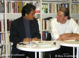José Eduardo Agualus mit seinem Übersetzer Michael Kegler (Foto: DW/Nina Gruntkowski)