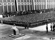 Estádio decorado com bandeiras nazistas na cerimônia de abertura