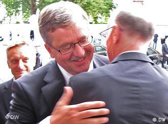 Prezydent Komorowski w objęciu z przewodniczącym Bundestagu Lammertem