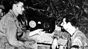 Amerikanische Soldaten hören im Zweiten Weltkrieg Radio