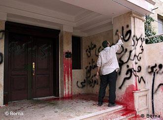 نمای خانه مهدی کروبی پس از یکی از حملههای پیشین هواداران حکومت