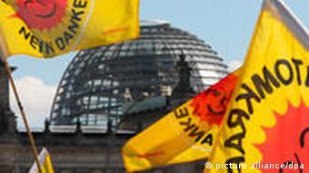 Fahnen mit der Aufschrift 'Atomkraft, nein danke' vor dem Berliner Reichstag (Foto: dpa)