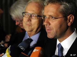 Bundeswirtschaftsminister Rainer Brüderle und Bundesumweltminister Norbert Röttgen vor Mikrofonen (Foto: apn)