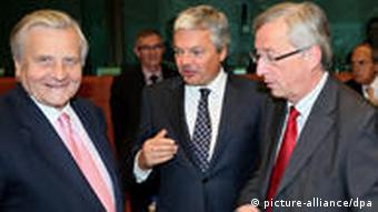 (L-R) European Central Bank (ECB) President Jean-Claude Trichet, Belgian Finance Minister Didier Reynders and Luxembourg's Prime Minister Jean-Claude Juncker (R), the president of the eurogroup, chat prior to a European Finance ministers task force meeting at the EU council headquaters in Brussels, Belgium, 06 September 2010. The task force, consisting largely of EU finance ministers, came up with various sensible ideas on tightening sanctions (financial and non-financial) on countries that break European fiscal rules. EPA/OLIVIER HOSLET +++(c) dpa - Bildfunk+++