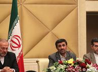 محمود  احمدینژاد در کنار منوچهر متکی، وزیر خارجه و اسفندیار رحیممشایی، رئیس  دفتر ریاست جمهوری (راست)