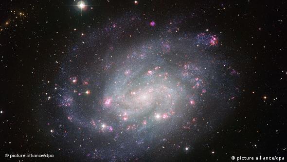 Die Europäische Südsternwarte ESO veröffentlicht am Mittwoch (08.09.2019) eine neue Aufnahme der Spiralgalaxie NGC 300, die der Milchstraße sehr ähnlich ist. Die Galaxie befindet sich in der nahegelegenen Sculptor-Galaxiengruppe in einer Entfernung von etwa sechs Millionen Lichtjahren. Sie hat am Himmel eine scheinbare Größe von zwei Dritteln des Vollmondes. Um die Struktur der Galaxie bis ins kleinste Detail abzubilden, wurden am Wide Field Imager (WFI) am La Silla Observatorium der ESO in Chile Aufnahmen mit insgesamt 50 Stunden Belichtungszeit erstellt. Foto: ESO (Achtung Redaktionen: Veröffentlichung bitte nur mit dem Quellenhinweis ESO) +++(c) dpa - Bildfunk+++ pixel