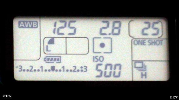 نورسنج دیجیتالی بر روی یک دوربین دیجیتال که نشان دهنده دیافراگم، سرعت شاتر، حساسیت و جزئیات دیگر است.