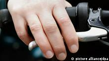 Hand auf Handbremse am Fahrrad (picture alliance/dpa)