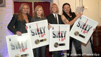 Die Band Silly mit Sängerin Anna Loos (2.v.l) bekommt am 27. August 2010 in der Spandauer Zitadelle in Berlin Gold für über 100.000 verkaufte Tonträger vom Album Alles Rot verliehen. (Foto: Xamaxnull)