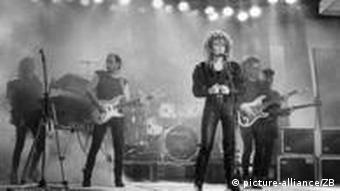 Das undatierte Archivbild zeigt die Berliner Rockgruppe Silly mit der 1996 verstorbenen Sängerin Tamara Danz bei einem Konzert. (Foto: ZB)