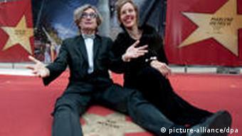 Der Regisseur Wim Wenders sitzt mit Ehefrau Donata in Berlin während der Eröffnung des Boulevard der Stars auf dem Potsdamer Platz in Berlin vor seinem Stern. (Foto: Robert Schlesinger / dpa).