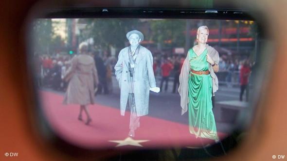 Projektion Doris Dörrie über ihrem Stern auf Boulevard der Stars am Potsdamer Platz in Berlin, fotografiert durch den Sucher einer magischen Kamera (Foto: Nadine Wojcik/DW).
