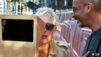 Doris Dörrie guckt sich durch den Sucher einer magischen Kamera auf dem Boulevard der Stars am Potsdamer Platz in Berlin (Foto: Nadine Wojcik/DW).