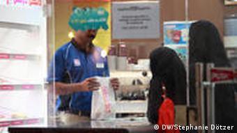 Frauen mit Gesichtsschleier in Katar beim Einkaufen (Foto: DW/Doetzer)