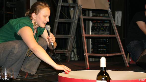 Science Slam in Köln: Kandidatin Daniela Wuttke, Astrophysikerin von der Uni Bonn, führt ein Experiment vor (Foto: DW / Gisa Funck)