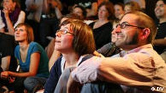 Science Slam in Köln: Staunende Studenten beim Vortrag (Foto: DW / Gisa Funck)
