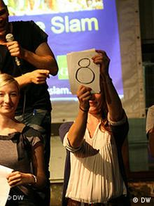 Science Slam in Köln: Wertung des Publikums für einen Auftritt (Foto: DW / Gisa Funck)
