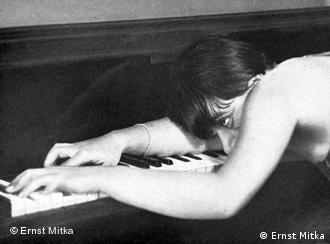 Valeska Gert plays a piano