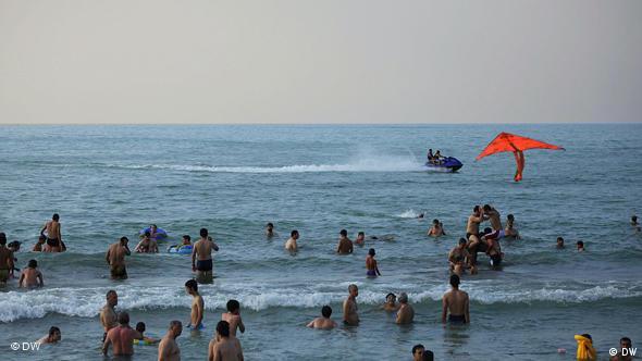 به دلیل افزایش آلودگیها دیرای خزر، شناکردن در این دریا هم هر چه بیشتر به اقدامی خطرناک تبدیل میشود