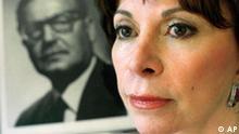 Schriftstellerin Isabel Allende im Hintergrund ein Foto des ehemaligen chilenischen Präsidenten Salvador Allende
