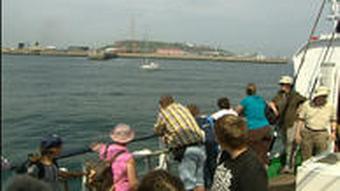 Touristen auf dem Weg nach Helgoland
