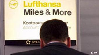Mann vor Bildschirm mit 'Lufthansa - Miles & More'-Logo