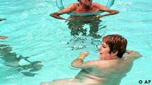 Nackte im Schwimmbecken