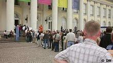 Schlange vor der Documenta 11 in Kassel