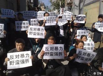 ca. 80 Demonstranten aus Changsha, Provinz Hunan, protestieren gegen ilegale Zwangsumsiedlungen. Foto: Su Yutong, am 27.09.2010 vor dem Büro für Justiz und Rechtswesen des Staatsrates in Peking, China