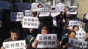 Protest gegen ilegale Zwangsumsiedlungen (DW)
