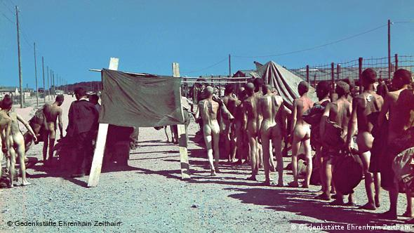 Нацисты отбирают советских военнопленных на работу