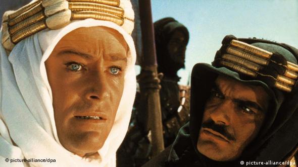 لورنس عربستان (فیلم ساخته دیوید لین) و قیام اعراب، صحنهای از فیلم با شرکت پیتر اوتول و عمر شریف