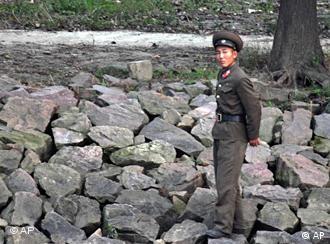 Ein nordkoreanischer Polizist beabachtet die Umgebung (Foto: AP)