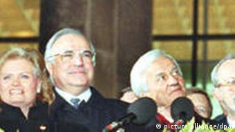 Willy Brandt, the former West German chancellor, Foreign Minister Hans-Dietrich Genscher, Hannelore Kohl, Chancellor Helmut Kohl and President Richard von Weizsäcker waving from a balcony outside the German parliament on German Unification Day, 3 October 1990. Photo: Wolfgang Kumm (c) dpa