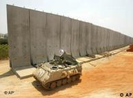 Muro israelense durante construção, em 2002