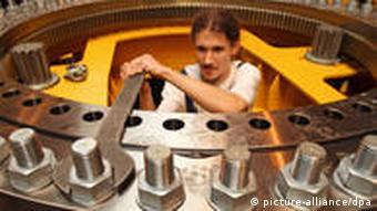 Ein Arbeiter im Drehgestell eines Eisenbahndrehkrans (Foto: dpa)
