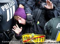 Un manifestante es detenido por la policía durante la manifestación el 30/9.