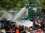 Con un cañón de agua, la policía reprime a los manifestantes en Stuttgart.