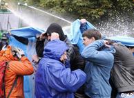 الشرطة الألمانية تستخدم خراطيم المياه والغازات المسيلة للدموع لتفرقة المتظاهرين المحتجين