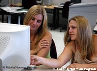 Две девушки работают за компьютером