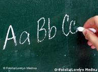 Кто-то пишет на доске первые буквы алфавита