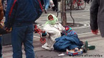 Romkinja sjedi na ulici i prosi