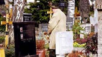 Alter Mann auf einem Friedhof