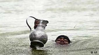 Flut in Bangladesh: Junge mit Krug, in dem sich Trinkwasser befindet