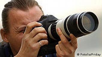 Fotografie Fotograf mit Spiegelreflexkamera mit Zoomobjektiv