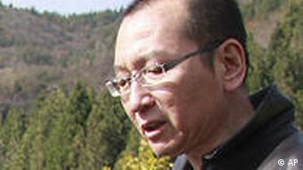 Liu Xiaobo im Freien mit einem Blatt Papier in der Hand (Foto: AP)