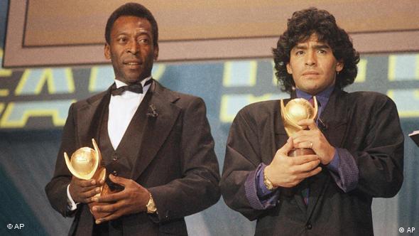 پله (چپ) و مارادونا، دو اسطورهی بزرگ عالم فوتبال در کنار هم