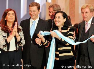 Christina Fernandez de Kirchner eröffnet durch das Aufziehen einer Schleife symbolisch den Pavillon des Buchmessen-Gastlandes Argentinien. Neben ihr der deutsche Außenminister Westerwelle, Buchmessendirektor Boos, die argentinische Botschafterin Faillace und der Ministerpräsident von Hessen, Bouffier. (Foto: dpa)