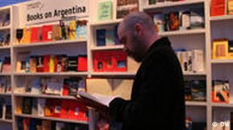 Mann vor Bücherregal (Foto: DW)