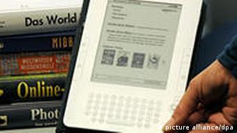 Eine Frau hält das 'Kindle'-Lesegerät für elektronische Bücher von Amazon in der Hand (Foto: dpa)